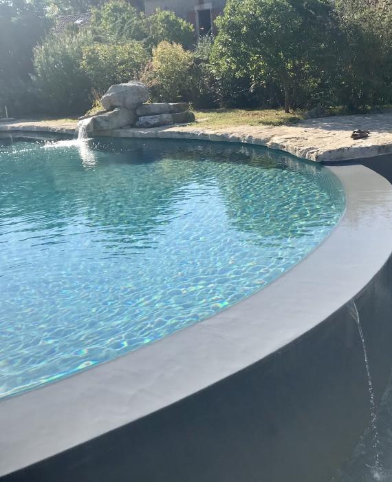 La mise en œuvre du PVC Armé sur des piscines et points particuliers complexes